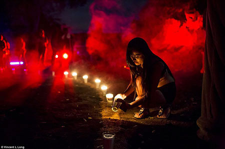 On allume des bougies pour débuter la messe noire