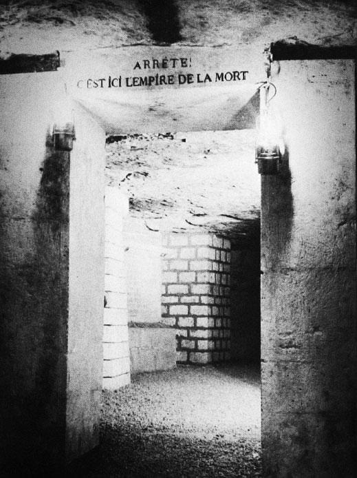 Посещение катакомб Парижа, Империи смерти, драматично