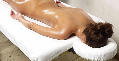 Massage étendue sur le ventre