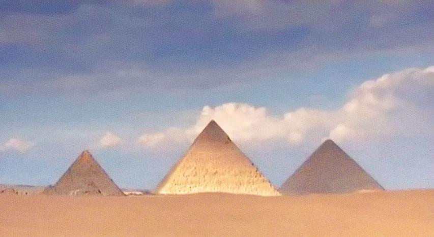 Les Pyramides de Gizeh illuminées