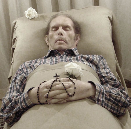 Homme sur son lit de mort